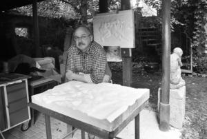 Reinhard Minkewitz bei der Arbeit an einem Halbrelief.